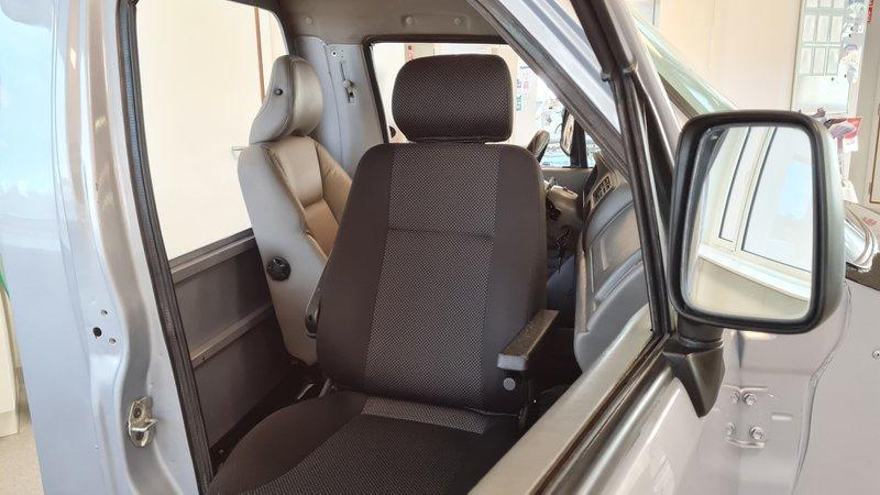 De revalidatie-auto heeft een draaibare zetel