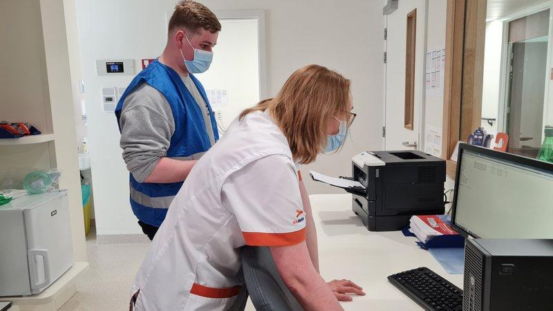 Een auditor bekijkt hoe de noodprocedure loopt bij de afdeling traumatologie