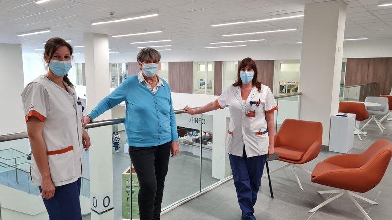 Caroline met twee verpleegkundigen van de borstkliniek