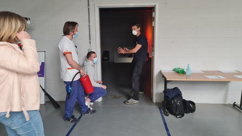 Medewerkers oefenen de evacuatie bij brand