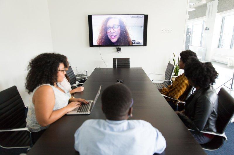 Hybride werken: teammeeting op kantoor en via Zoom