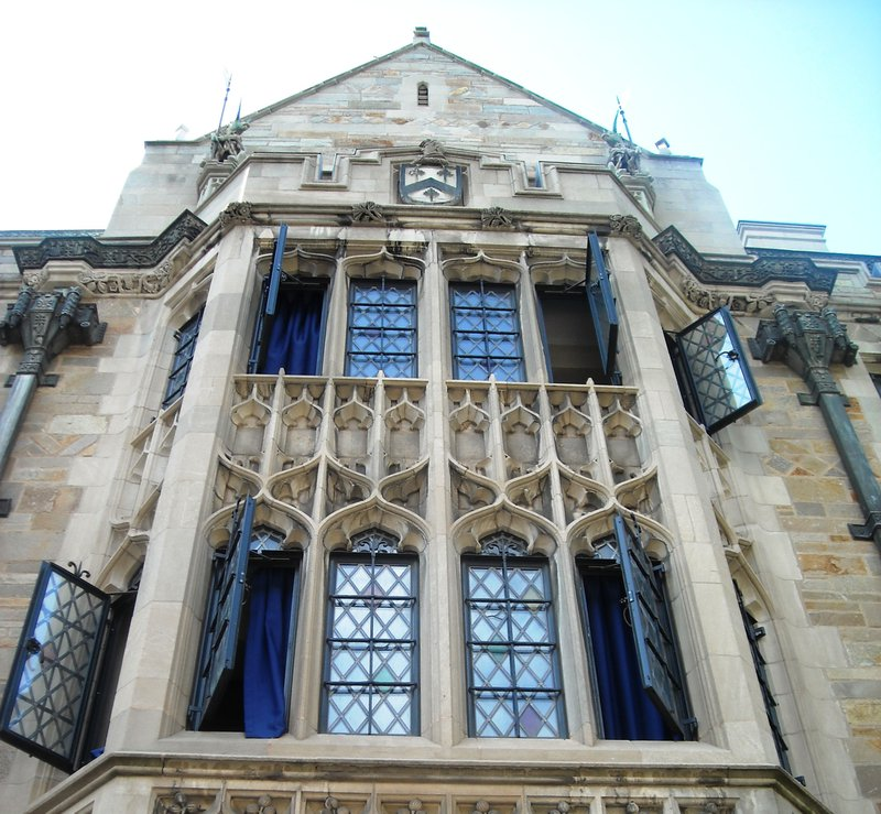 Yale supplemental essays guide image, a photo of a Yale University building