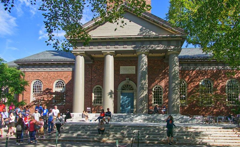L'Eglise aux Morts d'Harvard L'édifice religieux a été construit en 1932, il mesure 60 mètres jusqu'au sommet de la girouette et peut recevoir plus de 1200 personnes. Il y a une cloche en haut de l'église, et cette cloche, qui signale les heures de classes et les offices, est gravée avec la phrase suivante:  - A la mémoire des voix qui sont éteintes.