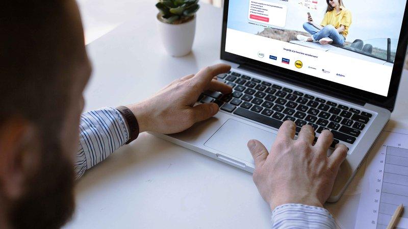 Een man gaat zich online verzekeren op Hopala.