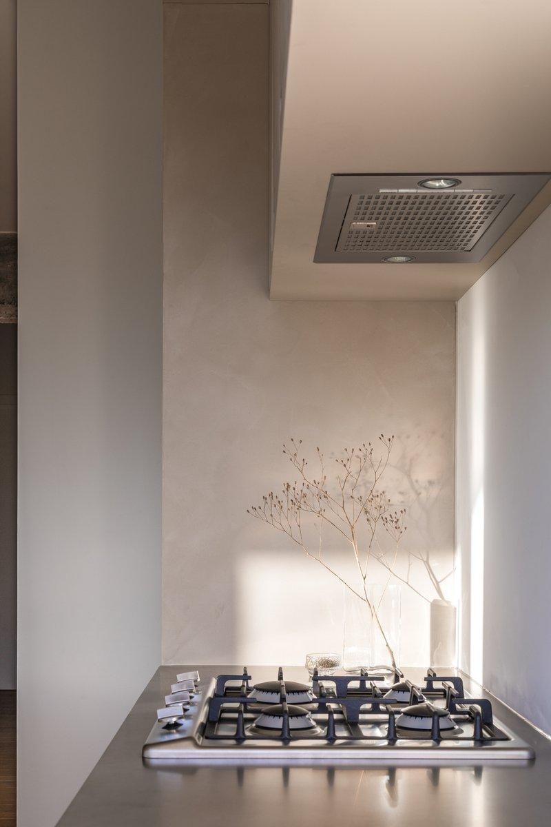 Firmax Texture keuken Pieterjan Brussel met zicht op fornuis en dampkap
