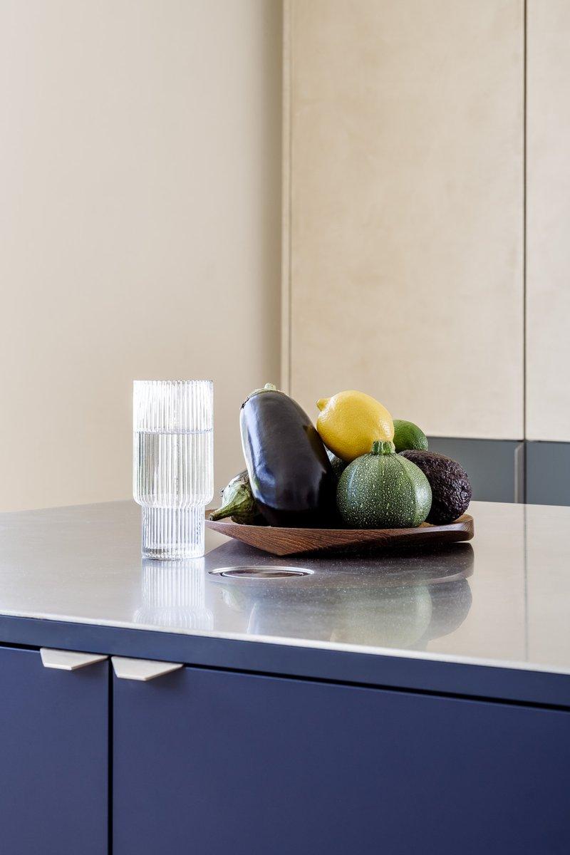 Firmax - keuken met inox werkblad en fenix en textuur kast deuren