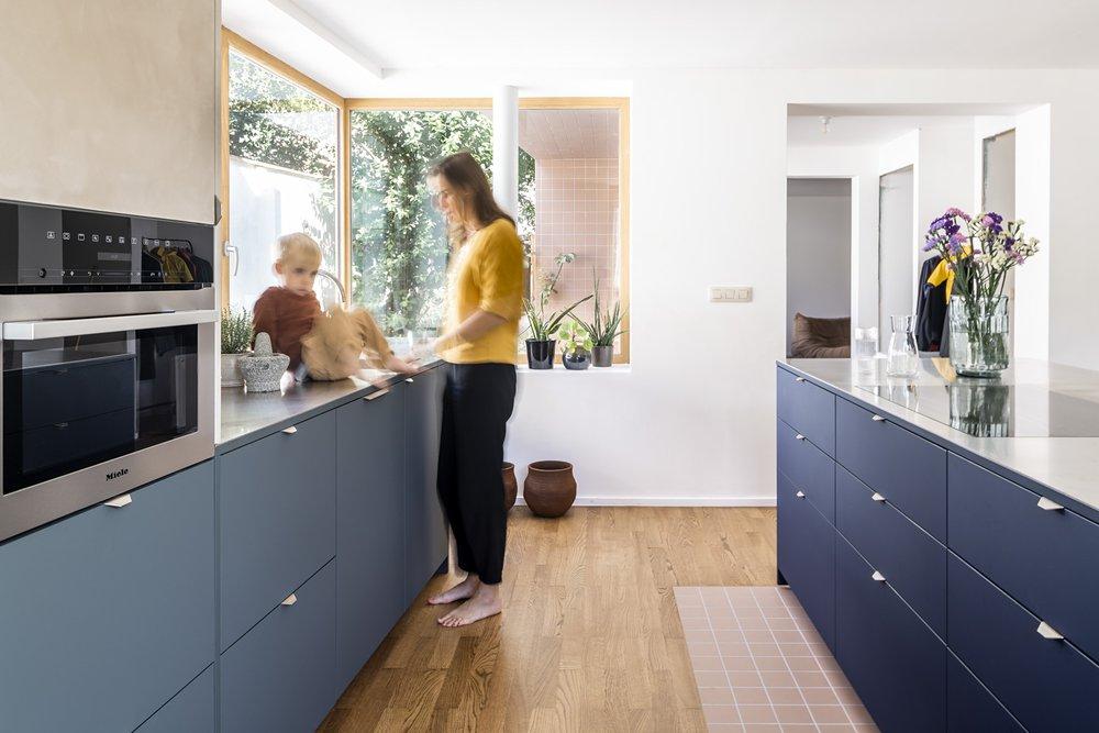Firmax - Een fijn kleuren spectrum met eigenzinnige materiaal combinaties en veel licht en groen typeren de woonruimte van Valérie en Filip.