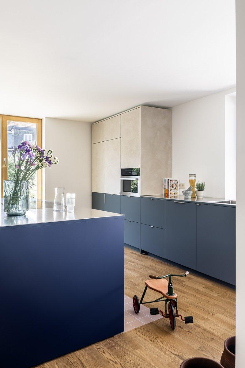 Firmax - zicht op keuken met keukenblok en inox werkblad