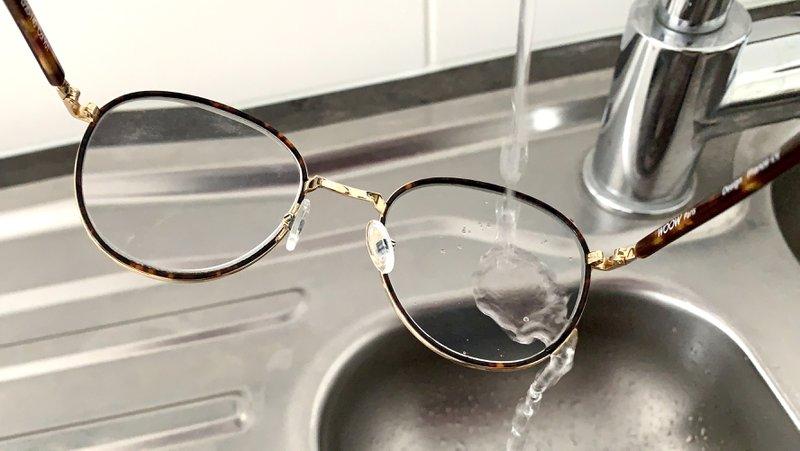 Bril onder stromend water - géén detergent!