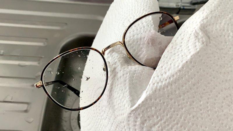 Bril afdrogen met keukenpapier.