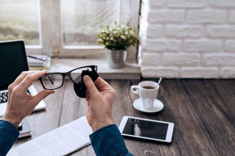 hoe moet je je bril poetsen - Brilart