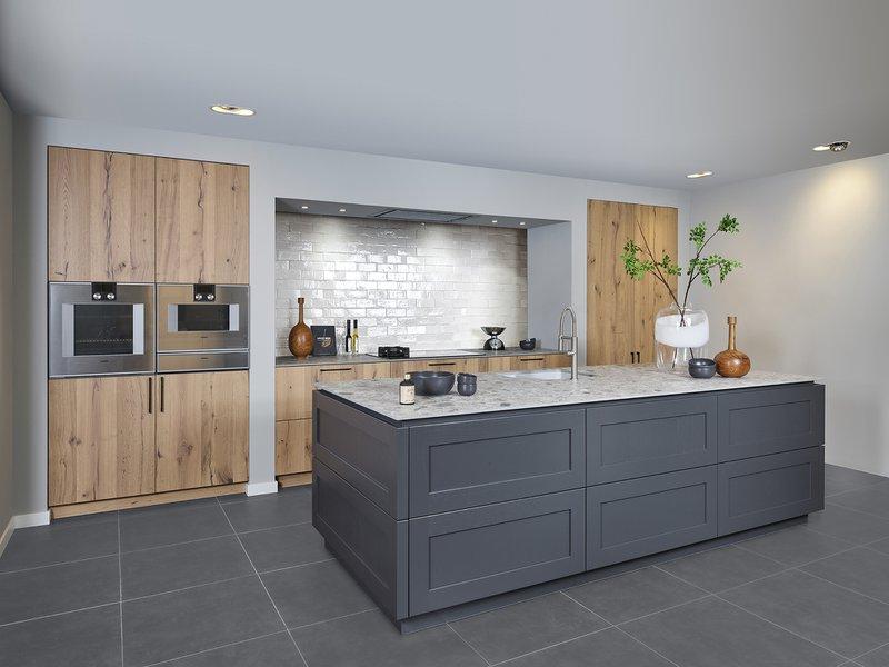 Houten elementen zorgen voor rust en sfeer in elke keuken