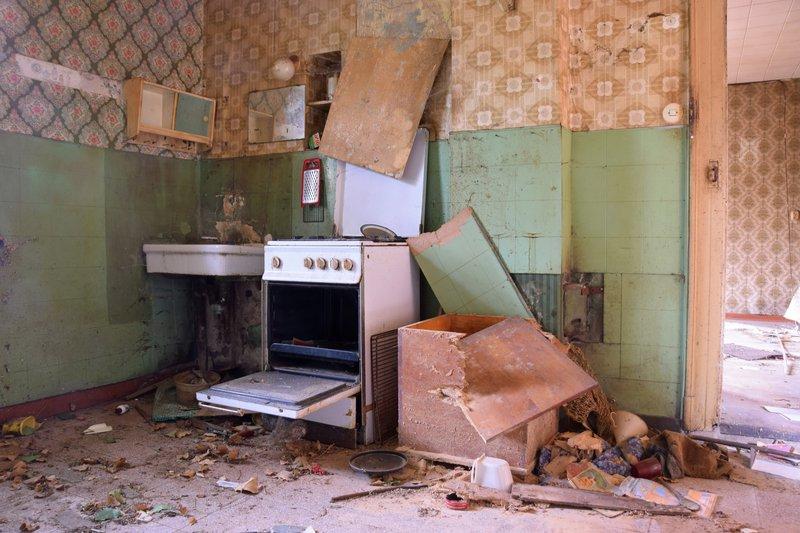Een oude keuken afbreken