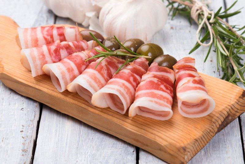 pancetta met olijven en rozemarijn