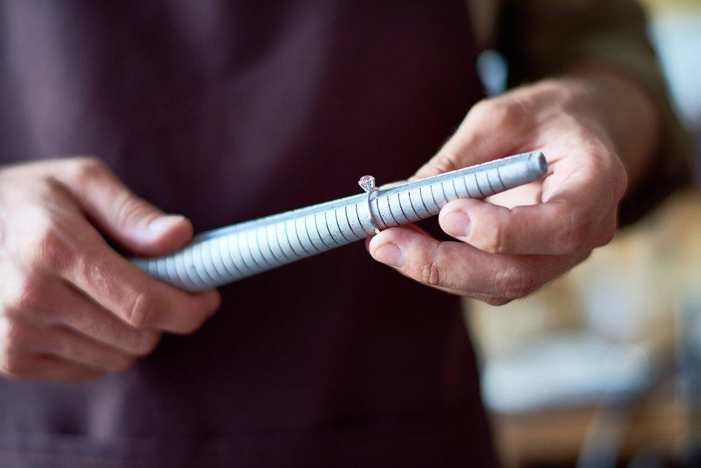 Klenotník meria špeciálnym meracím tŕňom veľkosť prsteňa