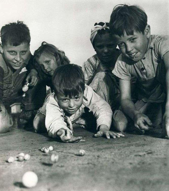 enfants jouent aux billes