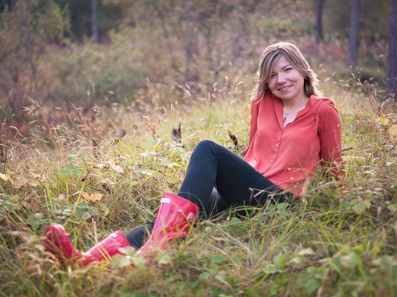 beautiful lady sitting in the grass in Raven point forest on a portrait photo session