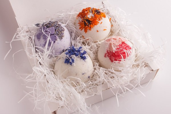 These relaxing bath bombs is the perfect healthy Christmas gift idea for loved ones wanting to start the coming year with a fresh body and mind.