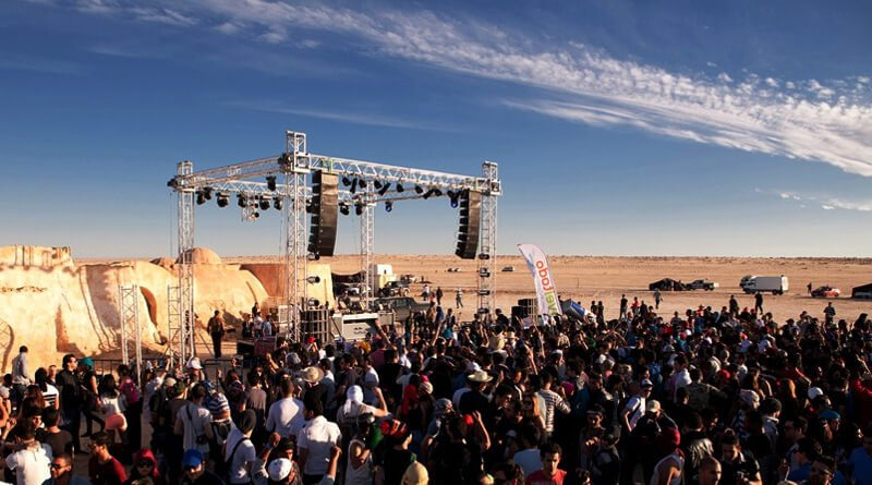 Crowds in the desert at Les Dunes Électroniques