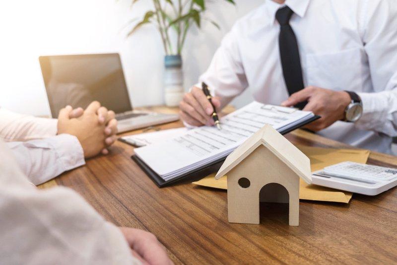 Een makelaar helpt je woning te verkopen, maar doet dat natuurlijk niet gratis.