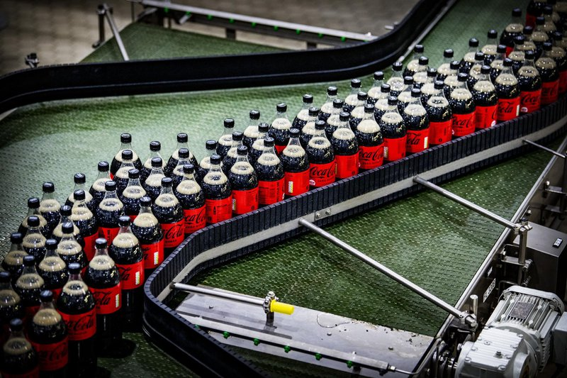 De grote Coca-Cola flessen zijn vanaf deze week op de markt.