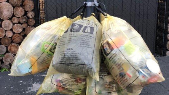 Mechanisch gerecyclede post-consumer plastics, zoals de gele vuilniszak , leggen de basis voor nieuwe cosmetische verpakkingen.