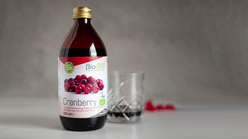 Cranberry van Biotona met twee gevulde glazen