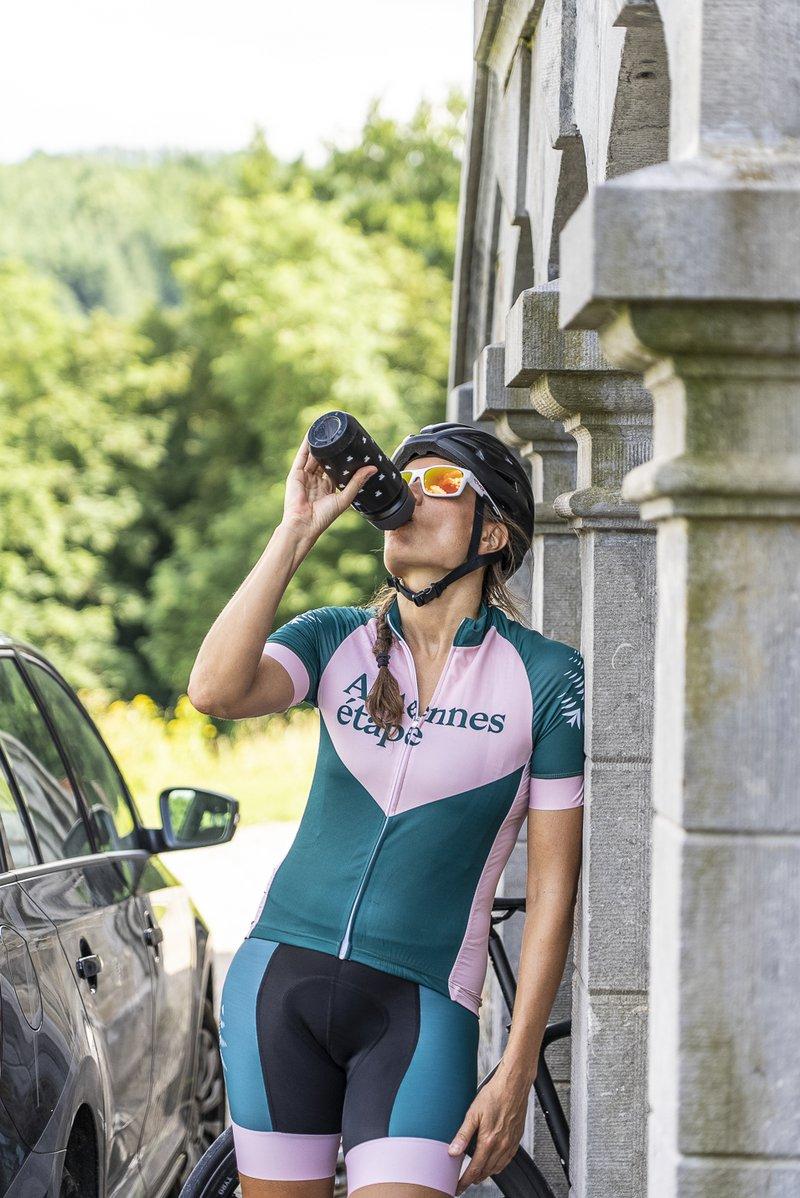 Cycliste femme qui boit