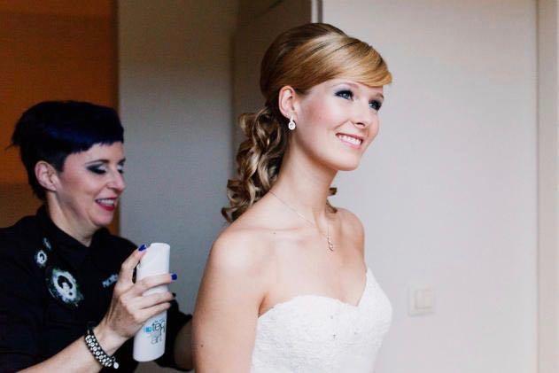 Kapsel bruidmeisjes, half up half down - House of Weddings