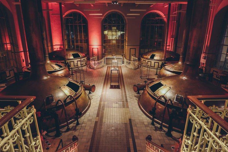 Authentieke feestzaal met brouwketels in brouwerij De Hoorn - House of Weddings