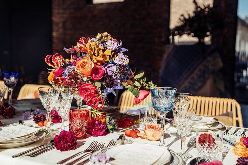 Leuke eyecatchers op je huwelijk - Gekleurde glazen - House of Weddings