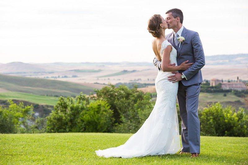 man en vrouw, kussen, platteland, velden, natuur, trouwen, trouwkleed, trouwkostuum, bruiloft in het buitenland - House of Weddings