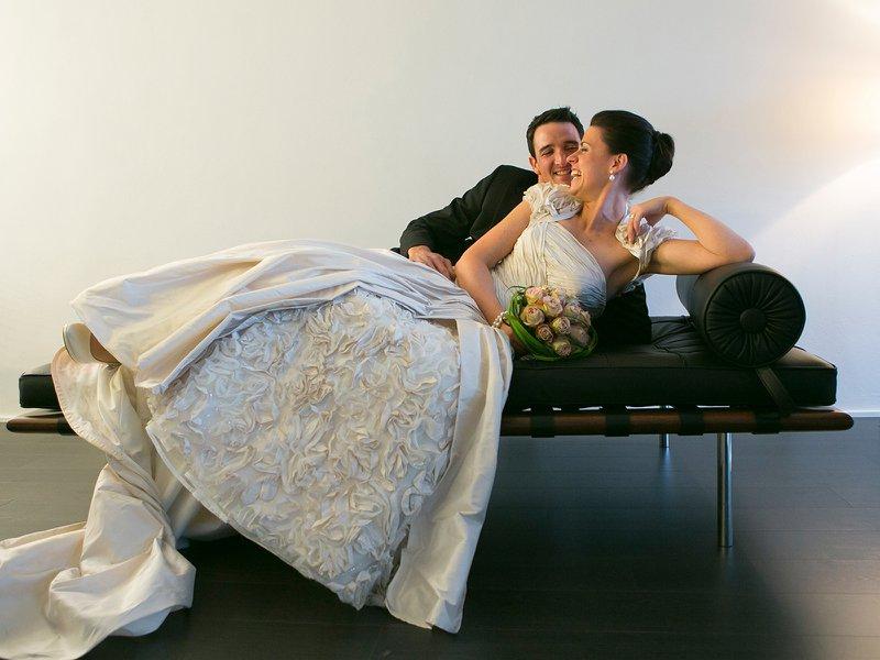 Bruidspaar op zwart lederen bank - Fotograaf huwelijk - Fotografie Kestelyn - House of Weddings