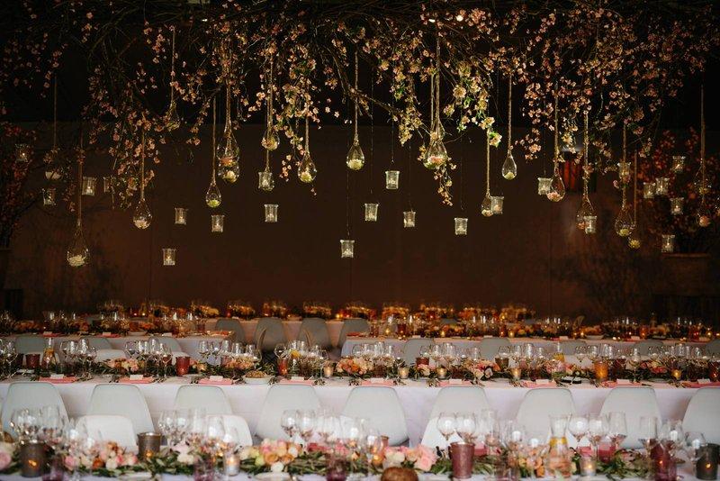 Hangende bloemen boven eettafels huwelijk door Annick Van Wesemael - - Bloemen Backdrop - House of Weddings