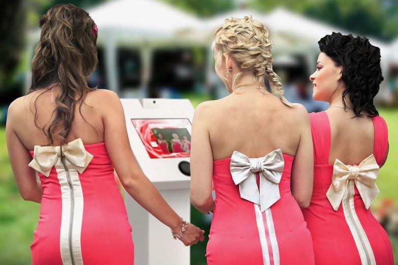 Bruidsmeisjes in roze jurk met strik spreken videoboodschap in bij De Praatpaal - House of Weddings