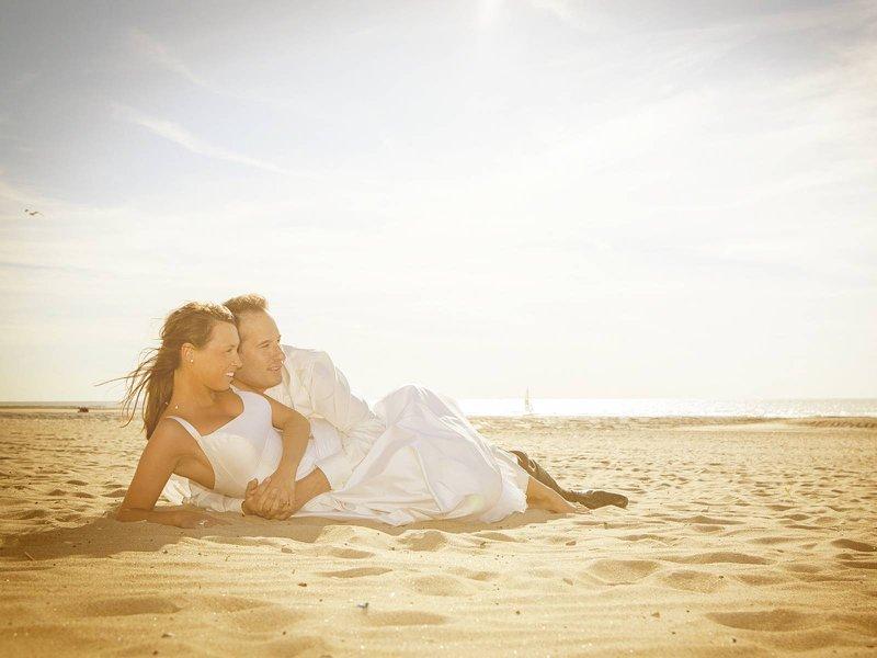 Bruidspaar op het strand - Fotografie Kestelyn - House of Weddings