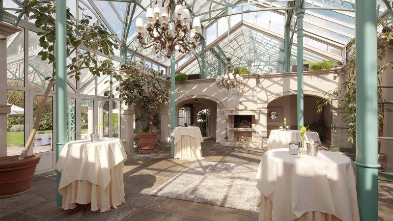 romantische feestzaal, oranjerie, huwelijk, versierd, wit, natuur