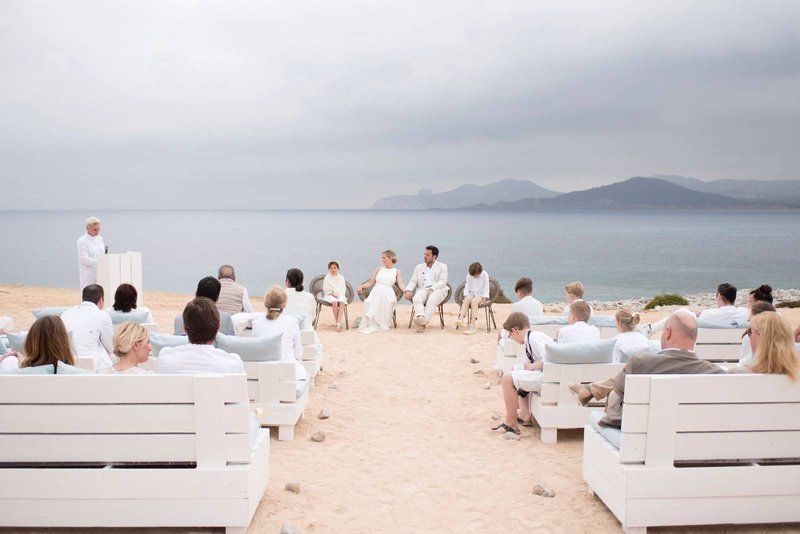 huwelijk op het strand, strand, bergen, zee, witte kleding, witte banken, huwelijk, bruiloft in het buitenland - House of Weddings