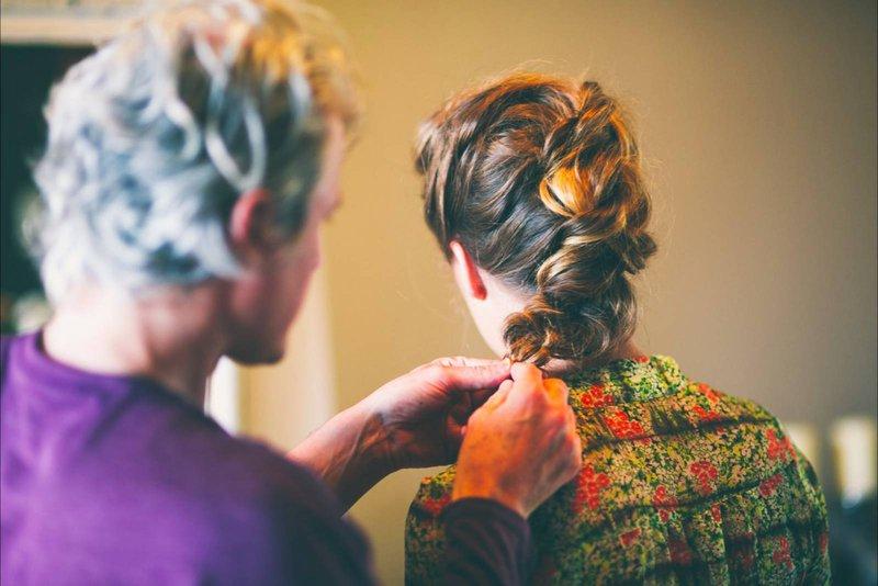 vlecht, bruin haar, kapper, man, vrouw, paars hem, bloemen trui