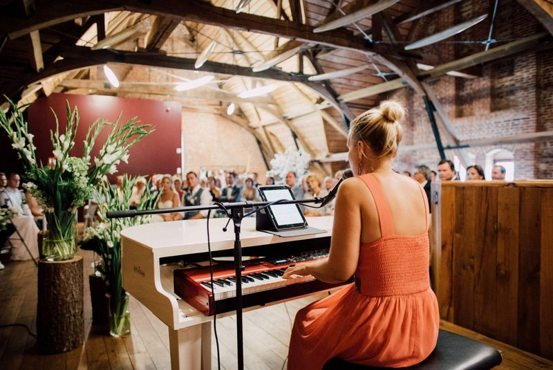 Zangeres begeleidt piano tijdens ceremonie - Ellis Grace Wilson - House of Weddings