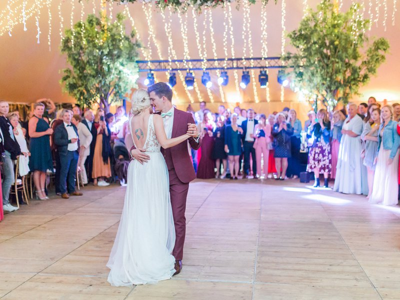 7x licht op je huwelijk Wedding Planner: Absolutely Fabulous Weddings - Fotograaf: Elisabeth Van Lent - Tent: Organic-Concept - Licht & Geluid: Let There Be Light - DJ: Klankbar - Meubels: LEVI - Bestek & servies: Femat - Bomen: FAEK - House of Weddings