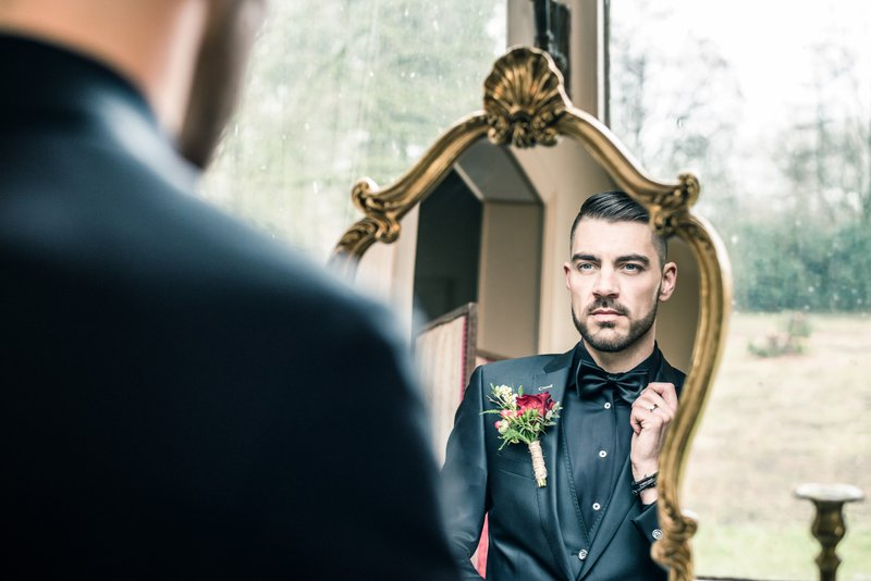 Bruidegom in spiegel - Styled Shoot - House of Weddings