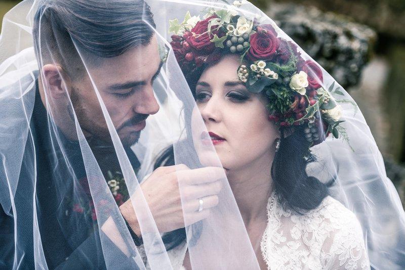 Bruid en bruidegom onder sluier - Styled Shoot - House of Weddings
