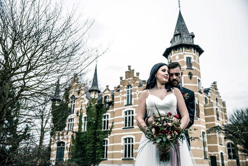 Bruid en bruidegom voor Kasteel Ghenenbroeck - Styled Shoot - House of Weddings