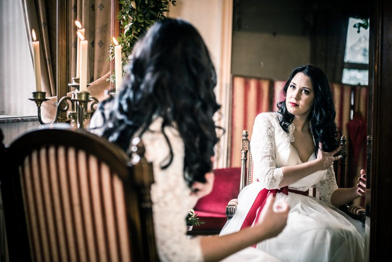 Bruid in spiegel - Styled Shoot - House of Weddings