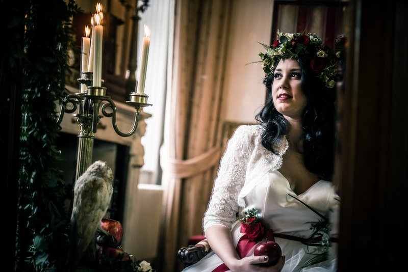 Bruid in spiegel met bloemenkrans - Styled Shoot - House of Weddings