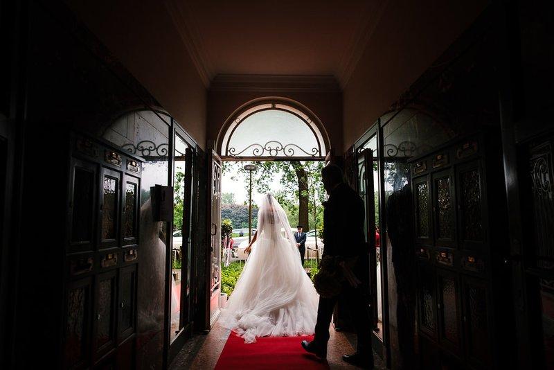 Bruid aan deuropening - House of Weddings