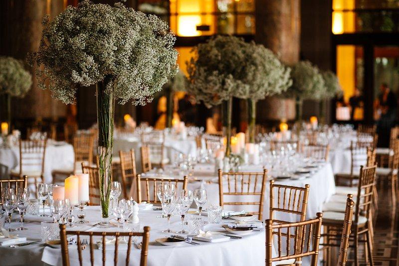 Witte, stijlvolle styling met gipskruid - La Sensa - House of Weddings