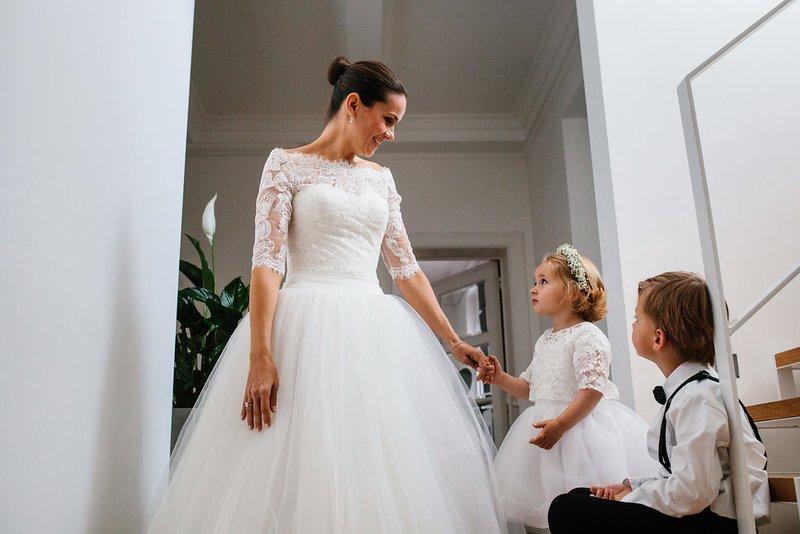 Bruid met bruidskindjes - House of Weddings