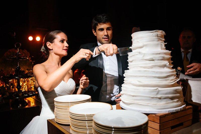 Bruidspaar snijdt bruidstaart aan - House of Weddings